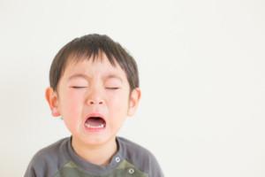 泣く子ども