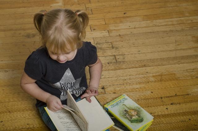 1人で本を読む