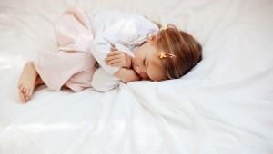 泣きながら眠る子ども